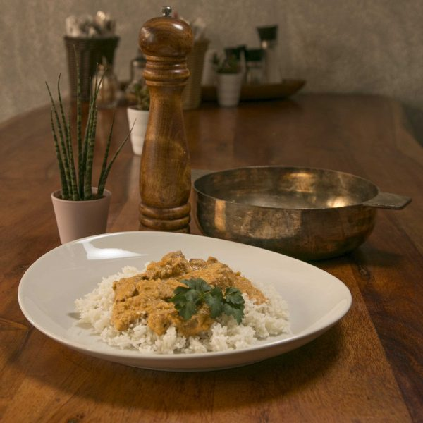 Reis mit Erdnusssoße